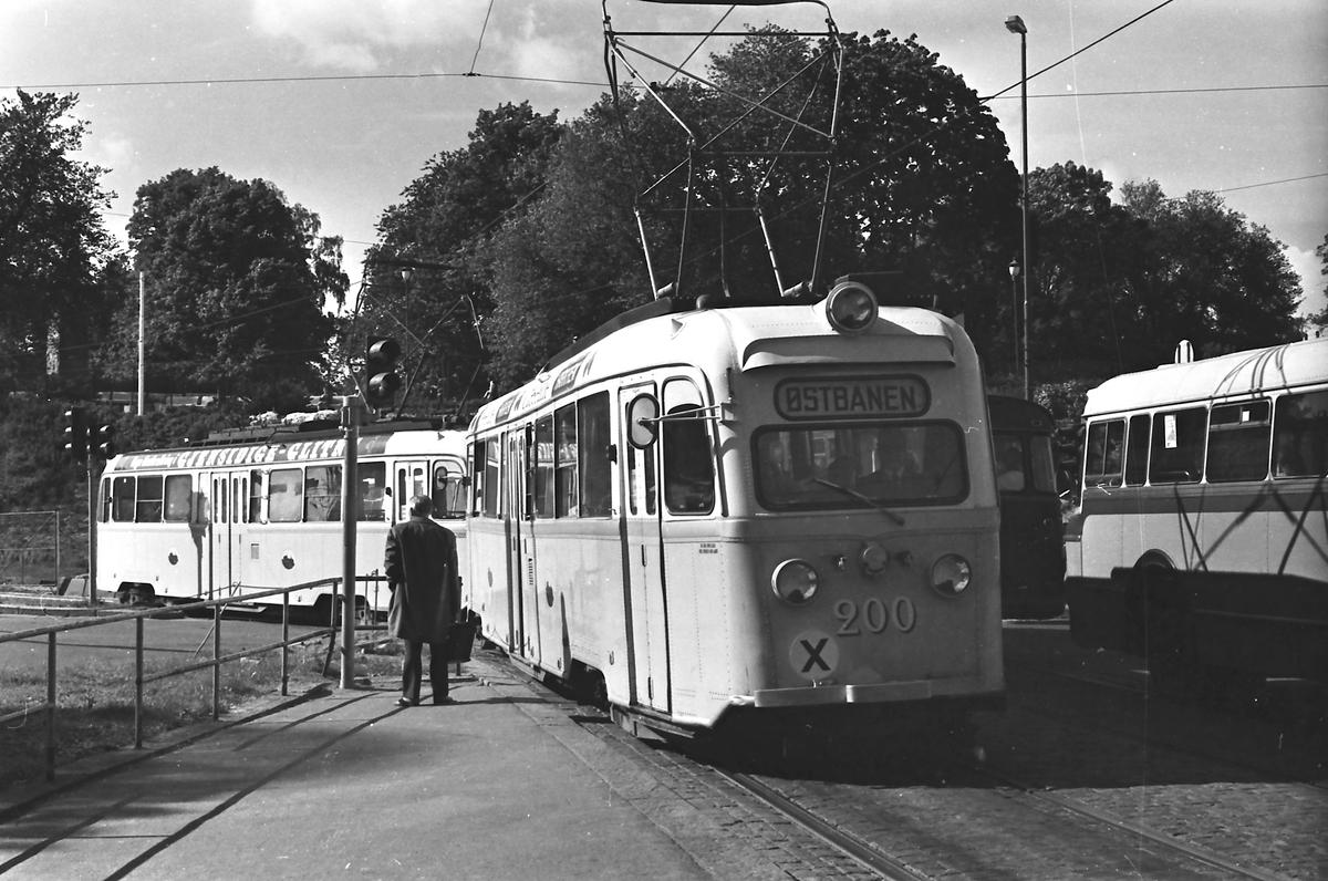Oslo Sporveier. Gullfisker, B-tog, med vogn 200 og 197 kjører inn på Nationaltheatret holdeplass.