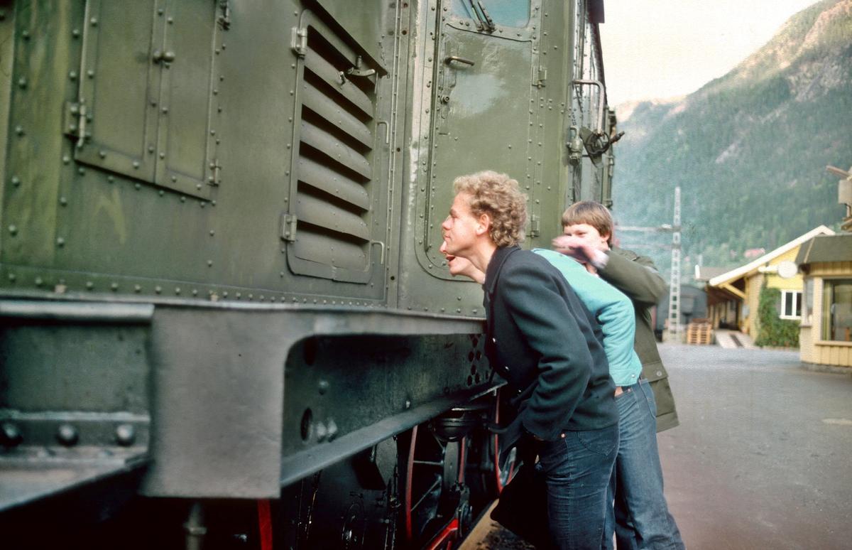Jernbaneentusiaster studerer Rjukanbanens lokomotiv RjB 14. (El 1 2001).