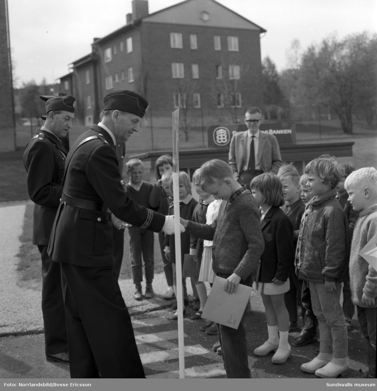 Polisen delar ut diplom på avslutningen vid trafiklekskolan i Sundsvall.