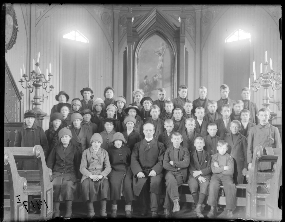 Konfirmanter, Vardø 1916-1917. Bildet er tatt inne i kirka. Midt i første rekke presten Johan Oskar Grasmo