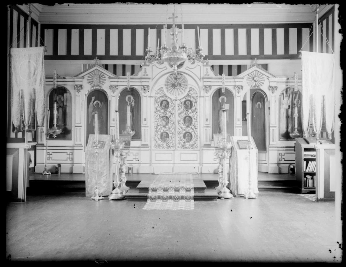 Rikt utsmykket interiør fra Boris Gleb kirke, med vakre ikonmalerier