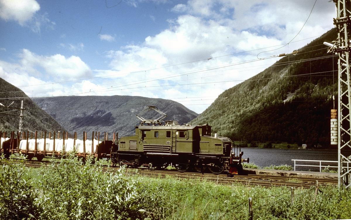 Rjukanbanen. Godstog ankommer Mæl stasjon med elektrisk lokomotiv RjB 14 (El 1 2001). Norsk Hydro, Norsk Transportaktieselskap, Norsk Transport.