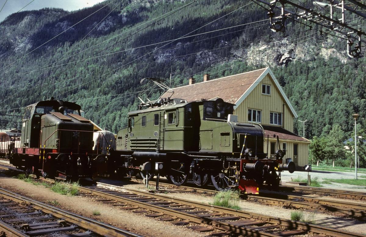 To lokomotiver på Rjukanbanen: RjB 22 og RjB 14 (NSB El 1 2001). Norsk Hydro, Norsk Transportaktieselskap, Norsk Transport.