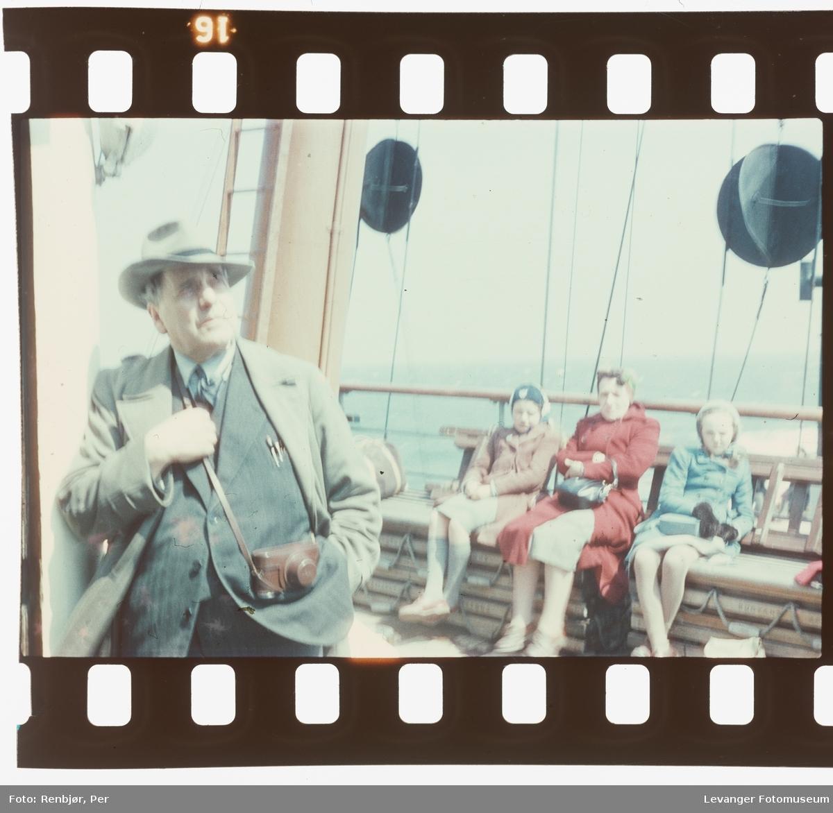 Harald Renbjør med famile på reise med stor båt, på veg til London.