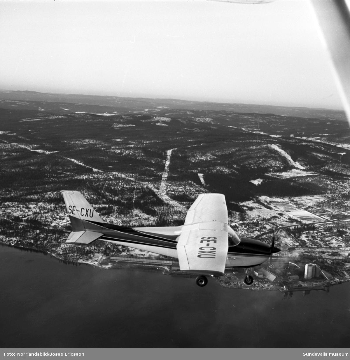 Flygaren Hasse Thelin flyger ett av sina Cessna-plan.