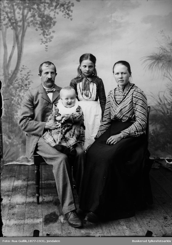 """Asmund J. Buen (1869-""""1935)  med sin kone og sine to små barn 1903  Asmund J. Buen er bestefar til Knut Buen, født 31. oktober 1948, fødested Jondalen i Kongsberg, Buskerud. Hardingfelespelmann og kulturformidler.  Foreldre: Gårdbruker, spelmann og oppfinner Anders Buen (1911-1877) og Margit Tjønn (1912–98). Gift 1) 1969 med kveder Hanne Kjersti Yndestad (1951""""), ekteskapet oppløst"""