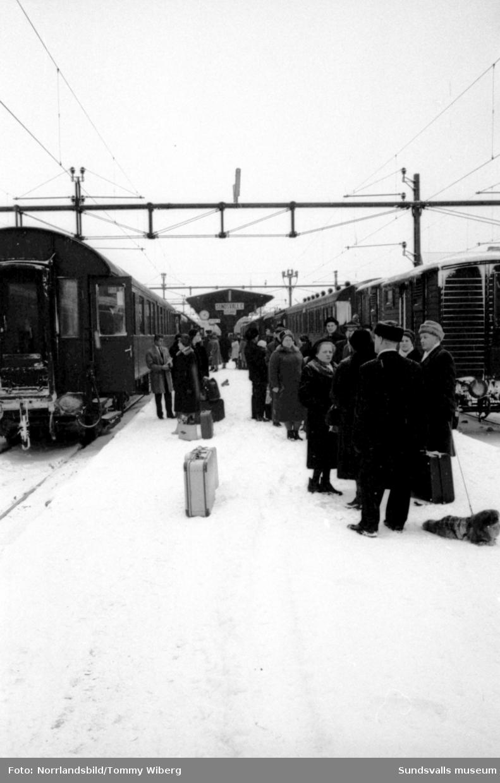 Trängsel i vänthallen och på perrongen vid Sundsvalls centralstation i jultrafiken.