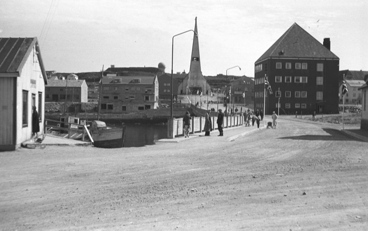 Fotografi av Vardø-sentrum med kirka midt i bildet.