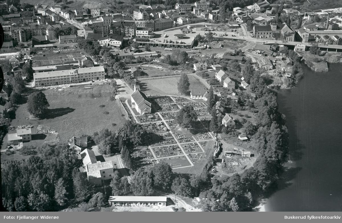 Hønefoss kirke,Rutebilstasjonen, Hønefoss bru med Hønefossen, Fossveien, St.Olavsgatem S. Torg, Hofgårdsgate 1953