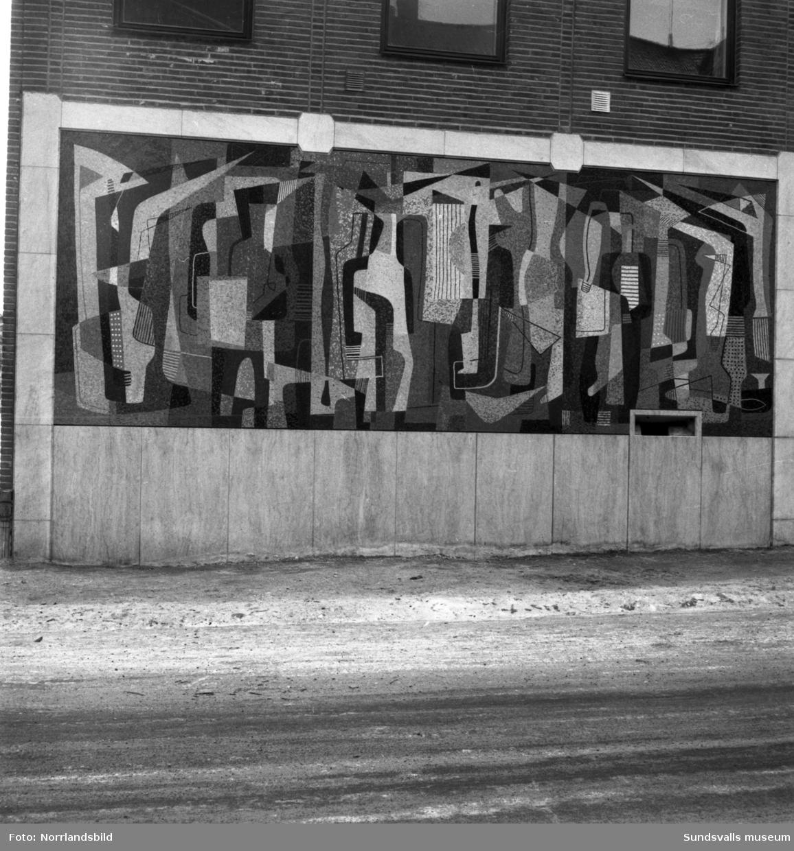 """Konstverket på posthuset vid Köpmangatan. Mosaik, """"Folkvimmel"""" av Nils Wedel, 1955."""