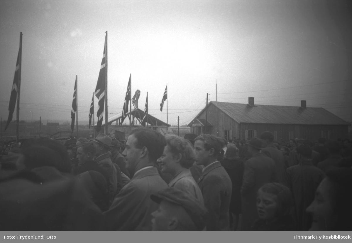 Stort oppmøte av tilskuere i Vadsø i anledning Haakon VIIs besøk 12. juli 1946