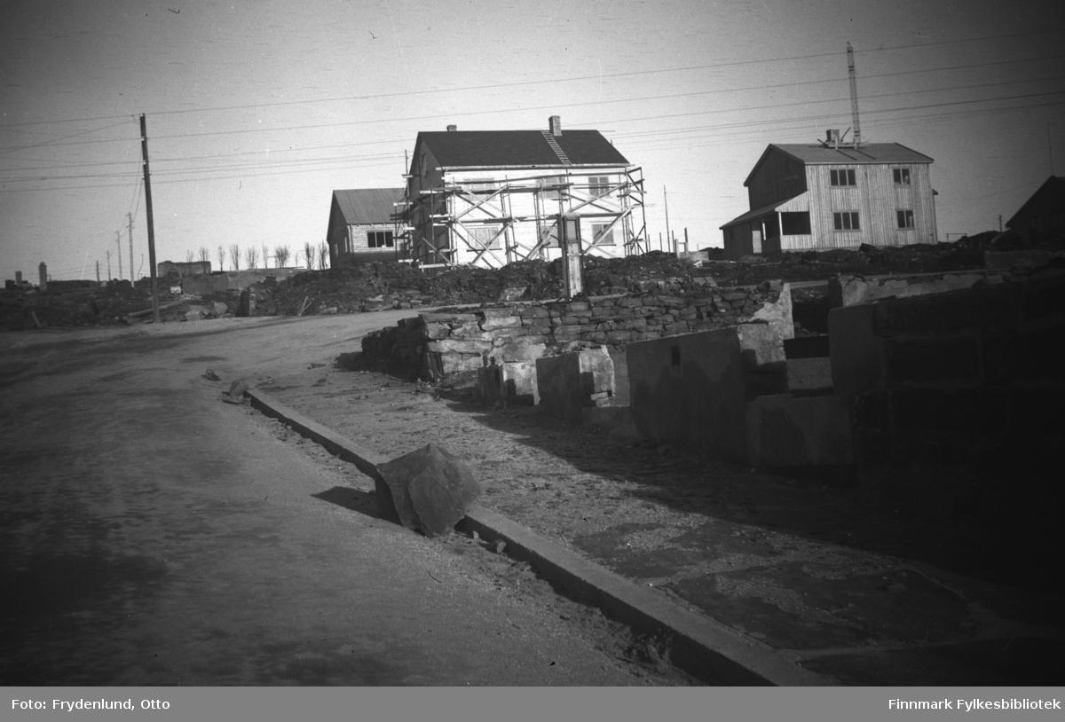 Tollbugata fotografert opp mot krysset til Nyborgveien. Vi ser nybygde gjenreisningshus og ruiner