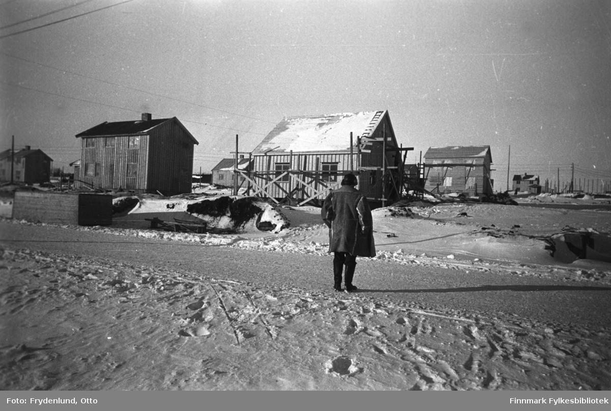 Vinter i Vadsø. Vi ser nye gjenreiste boliger, noen har fortsatt stillaser oppetter veggene