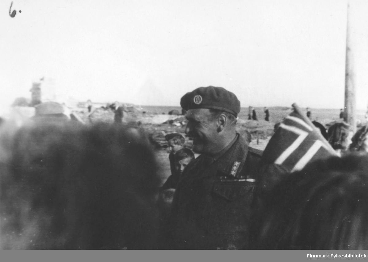 Bildet viser: Fra kronprins Olav's besøk sommeren 1945. Kronprins Olav hilser på folk.