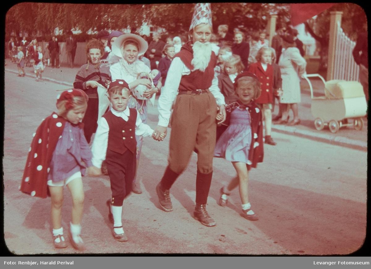 Fra Barnas Dag, utkledde barn.