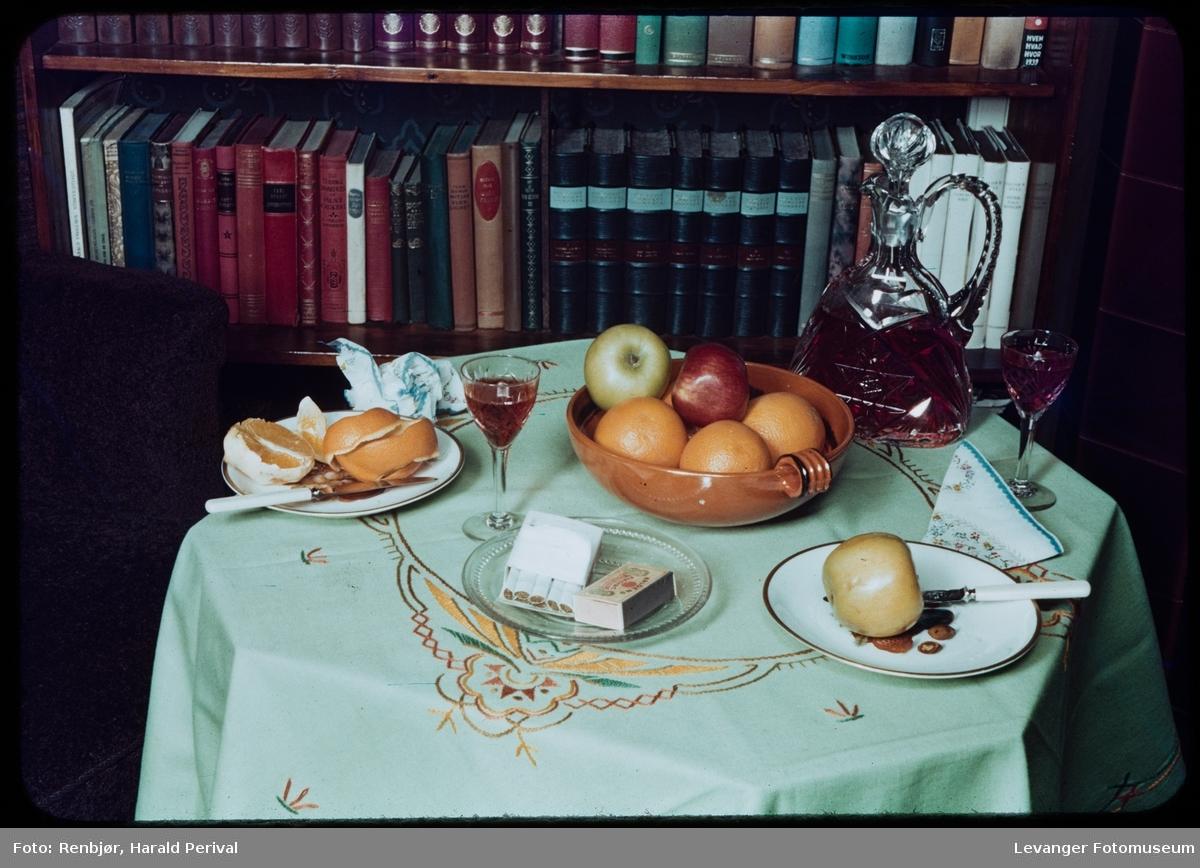 Interiør, bord med frukt og vin.