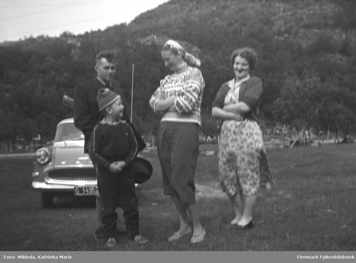 Besøk fra Østerrike på Mikkelsnes i Neiden. Fra venstre: Karl Brünzus og gutten Tore Skjalg Olsen, så søstrene Marine Smuk og Astrid Lindseth. Bak står Brünzus Opel med registrering G 1435 (Opel Rekord årsmodell 1958-60).