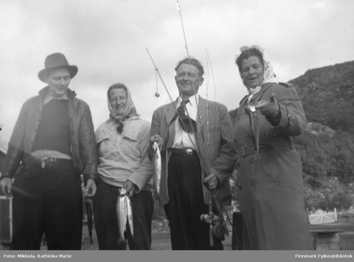 Fra venstre: Justin, Peggy, Jan og Halfrid Yttergård. De har vært på fisketur og fått ørret, Jan holder fiskestengene. Justin og Jan var Kathinkas brødre