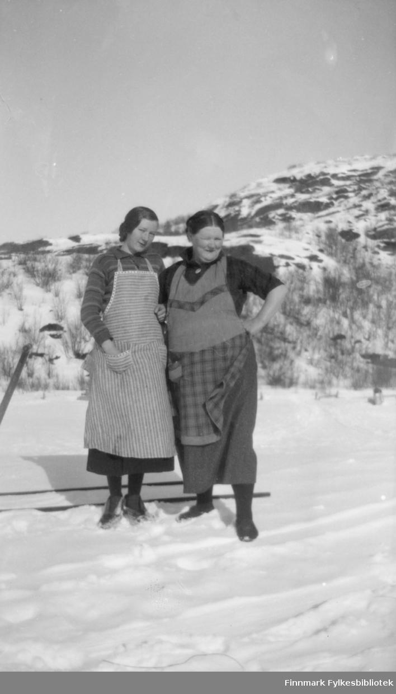 Marine Mikkola (til venstre) og hennes mor Kathinka med en spark eller vannkjelke i snøen på Mikkelsnes