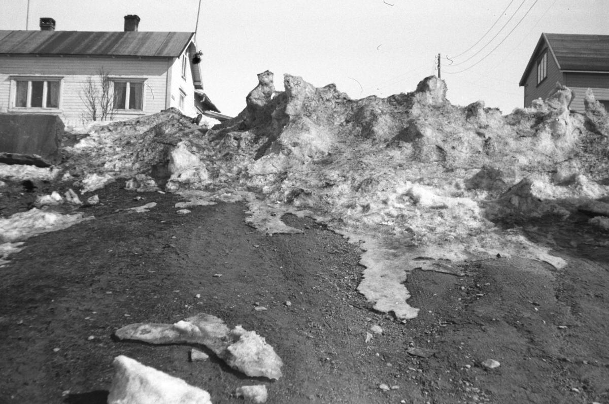 Snøskavler er i ferd med å tine bort i Prost Balkes gate i Vadsø