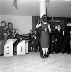 Verkstadsskolans julfest 1957 med middag, musik och dans.