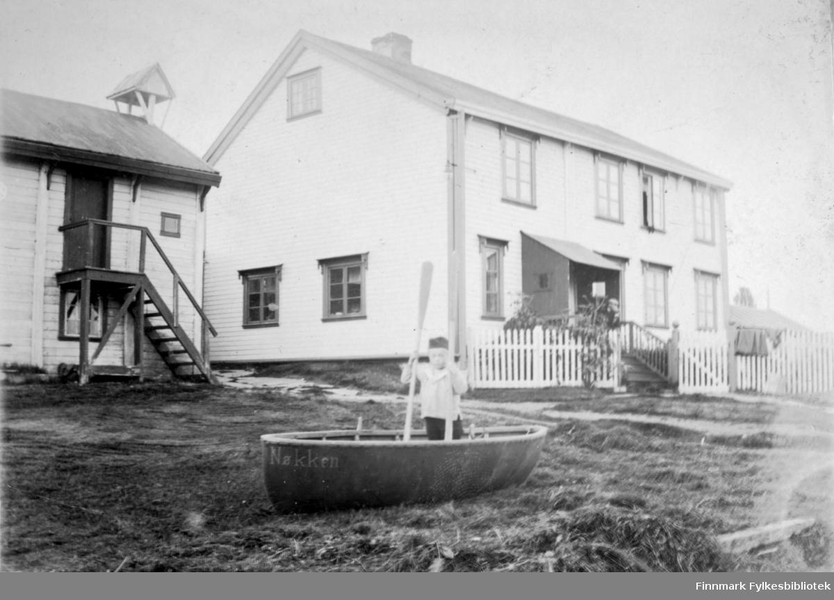 """På høyre side er boligen til kjøpmann Arthur Buck. I huset på venstre side var telegrafen, i alle fall på 1930-tallet, usikkert når den kom. """"Man gikk opp trappen og inn i andre etasje"""", beskrevet av et tidsvitne. Stedet er Hasvik rundt 1910-1920."""