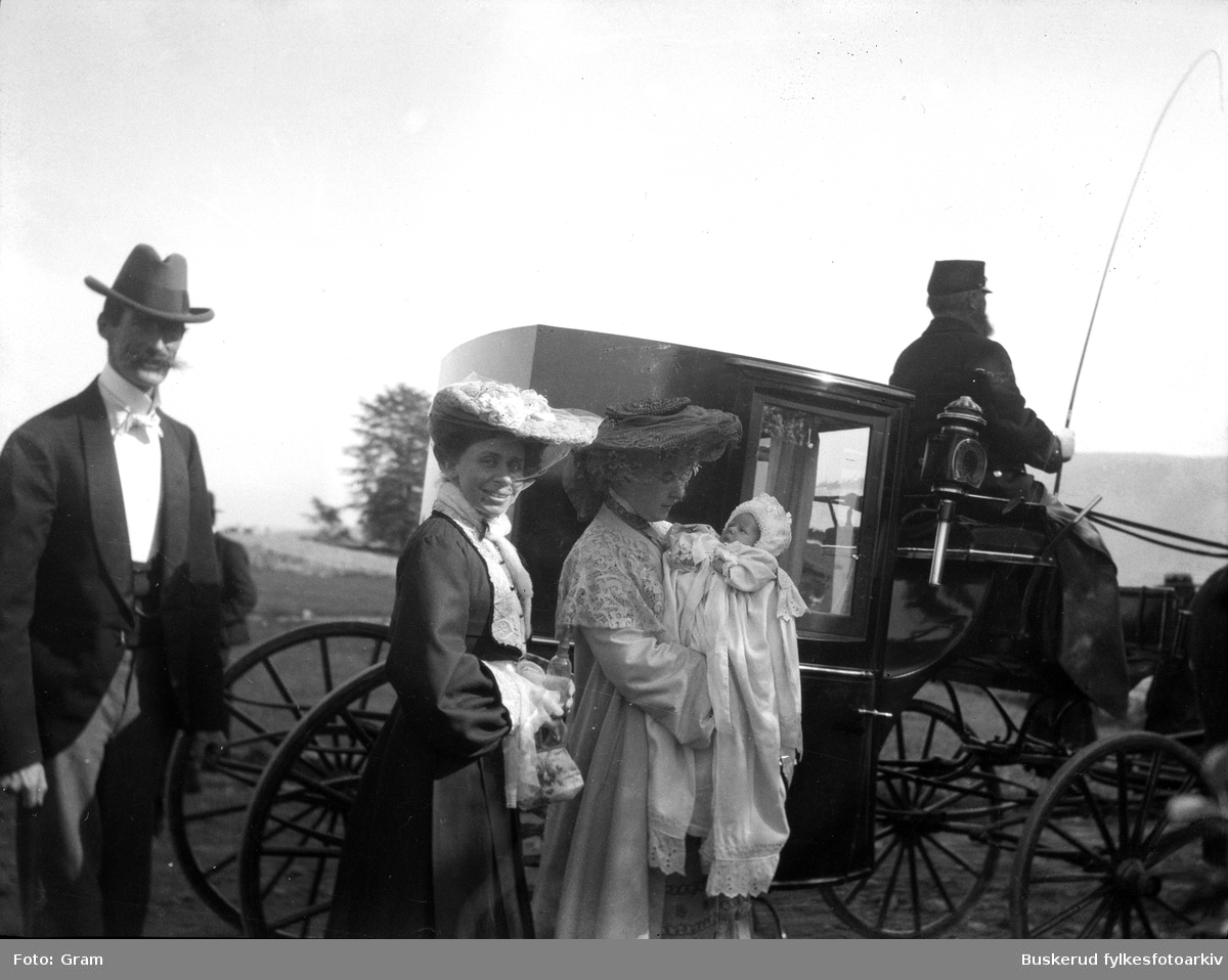 Dåp  Familien Gram på tur til kirken for å døpe et barn Ask gods        Gitt av Frederick Gram, Brekkevn 19,0884 Oslo      ::