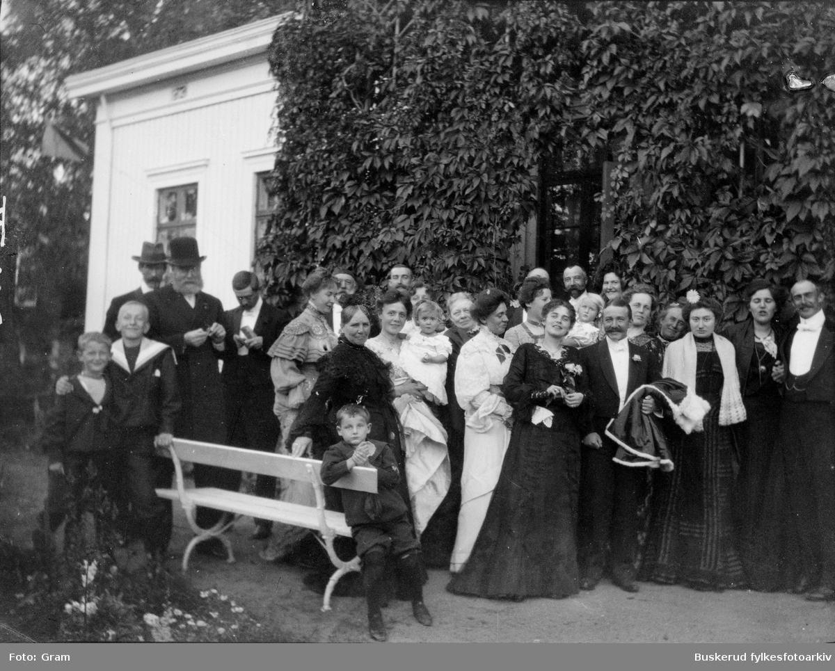 Gruppebilde av familin Gram på Ask gods Odelstingspresident og sorenskriver Jens Jensen Gram (d. 1824) kjøpte gården på auksjon i 1816 for 16 000 riksdaler. Dagens hovedbygning ble bygd av generalmajor Johan Georg Boll Gram (sønn av førstnevnte og hans kone Reinholdine Gram, født Boll) og sto ferdig i 1874. Han var selv med og designet bygningen, som har klare likhetstrekk med bl.a. Oscarshall. Generalmajoren døde imidlertid selv i 1873, slik at det var enken, Frederikke Gram, født Stabell, som ble med gården og flyttet inn i det nye våningshuset. Det var først etter at dette ble reist at gården ble kjent under (til)navnet Ask gods. Familien Gram var kjent for å være svært gjestfri, og mange kunstnere tilbragte mye tid på gården. Christian Skredsvig bodde der et par måneder vinteren 1878–79, og Peter Chr. Asbjørnsen og Jørgen Moe vanket mye der, som venner.                ::