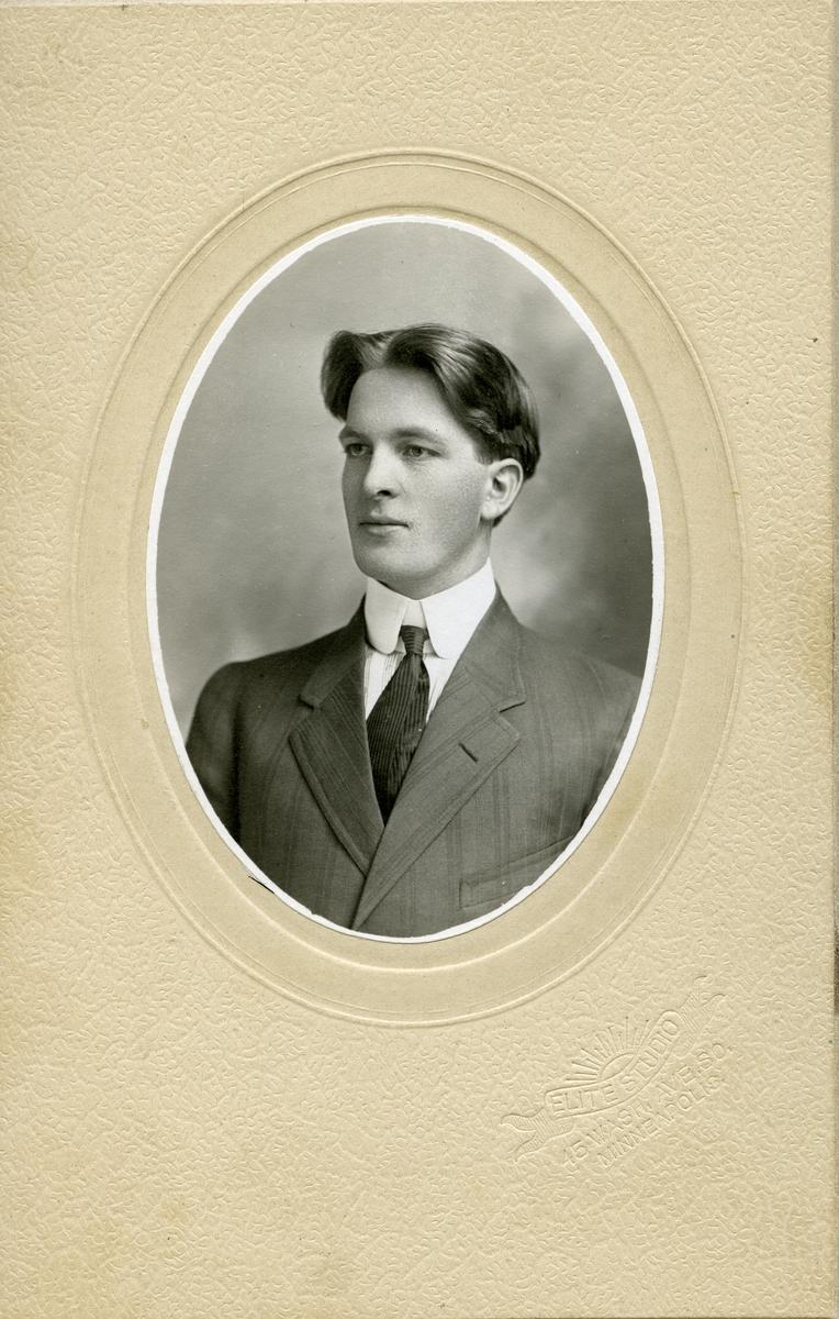 Portrett i halvfigur av mann
