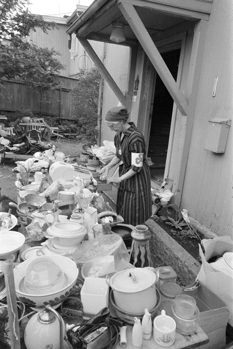 Norske kvinners SANITETSFORENINGS LOPPEMARKED I GRØNNEGT. 97, Hamar. Kopper, asjetter, tallerkener, eggeglass, sko.