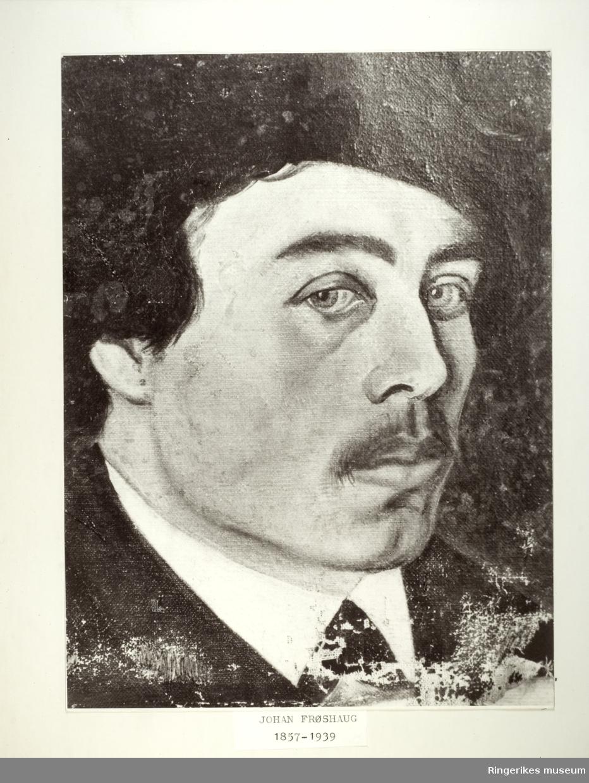 Kopi av en tegning eller maleri av en mannsperson. Under bildet står det: Johan Frøshaug 1857 - 1939. Bildet måler 26 X 32 cm.