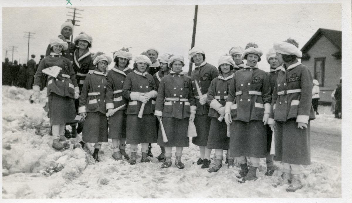 En gruppe kvinner avbildet etter en parade i Minnesota datert til februar 1921. Kvinnene er iført paradeuniformer.
