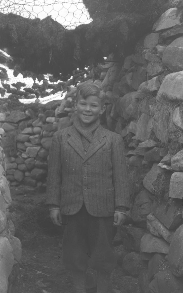 Øystein Hauge fotografert i en skyttergrav på Vadsøya like etter andre verdenskrig.