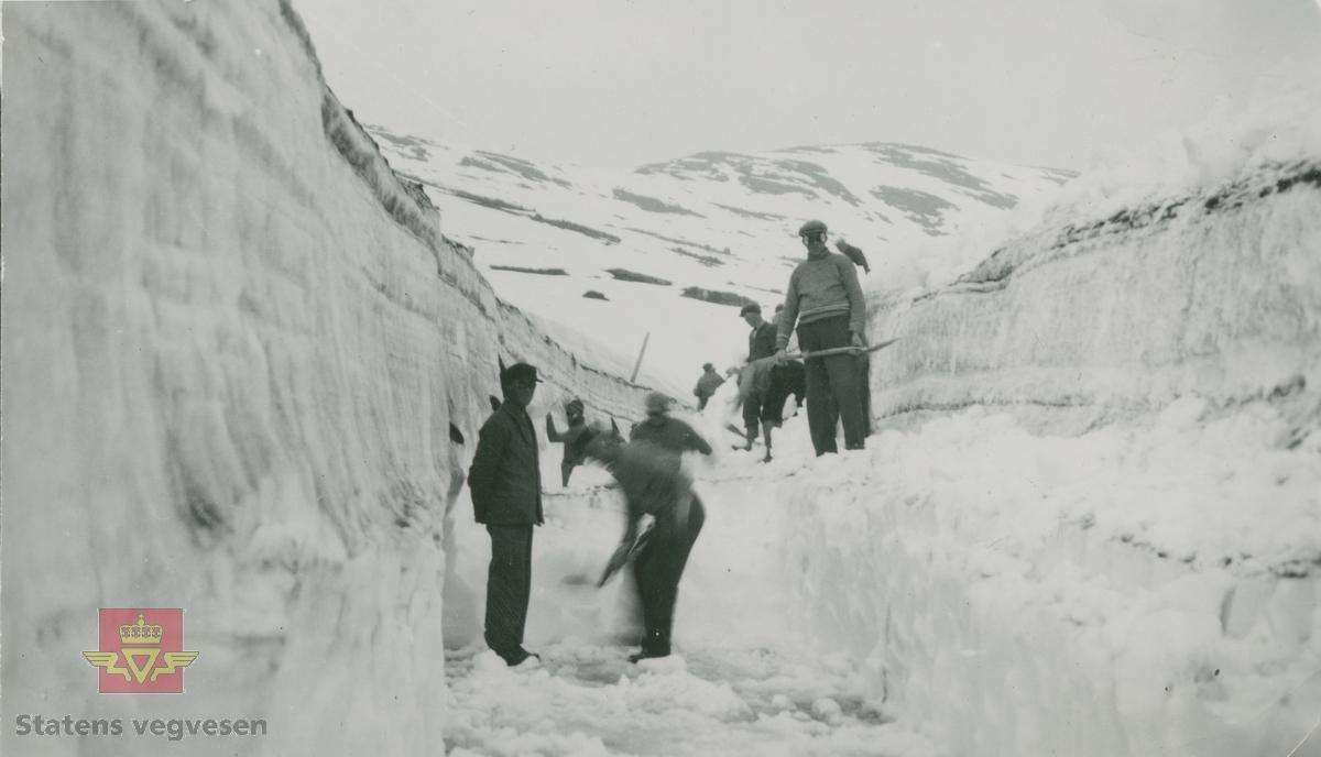 """Album fra 1929-1943. """"Altarfonnen"""" på Strynslinjen juni 1938. Snømåking for hånd."""
