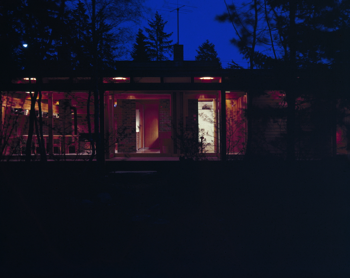 Arkitekturfoto av Villa Schreiner. Huset ble bygd i 1963 av arkitekt Fehn og bærer preg av inspirasjon fra Japan.