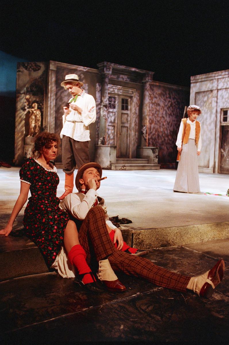 """Scene fra Nationaltheaterets oppsetning av Anton Tsjekhovs """"Kirsebærhagen"""". Forestillingen hadde premiere 11. mars 1988. Ernst Günther hadde regi og Lubos Hruza kostymer og scenografi."""