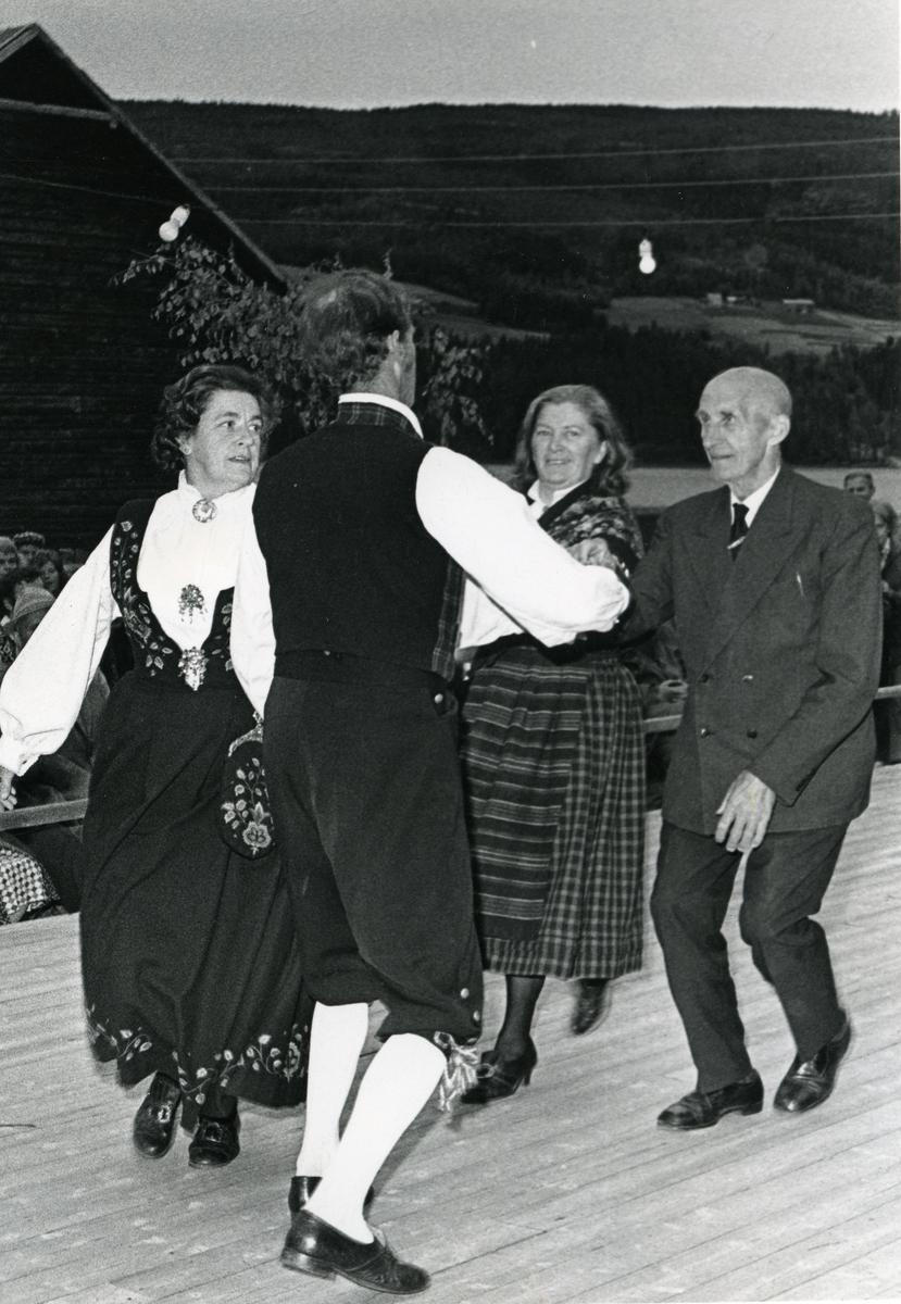 Dans i amfiet på Valdres folkemuseum. Jørn Hilme-stevnet 1974.