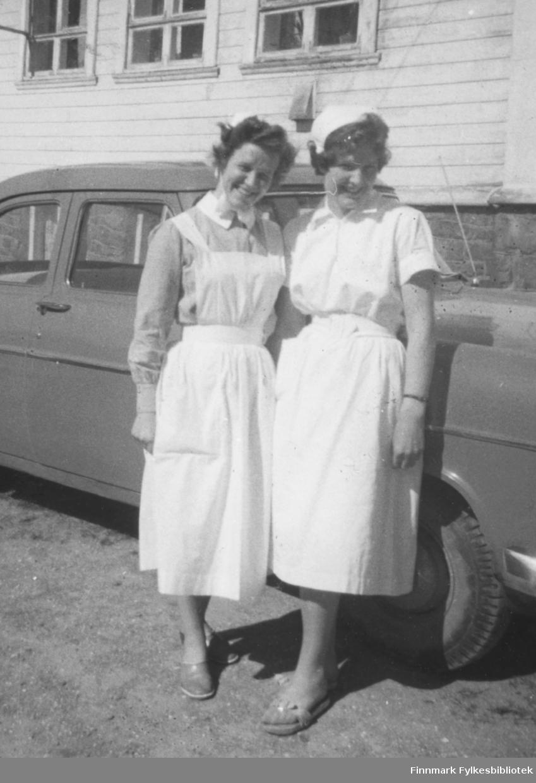 Sykepleierne Agnes Kristiansen og Jorunn Stock fotografert utenfor Vadsø sykehus, 1959