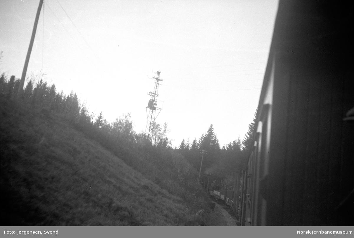 Tog i Harkerudbakken mellom Mork og Killingmo, fotografert fra toget