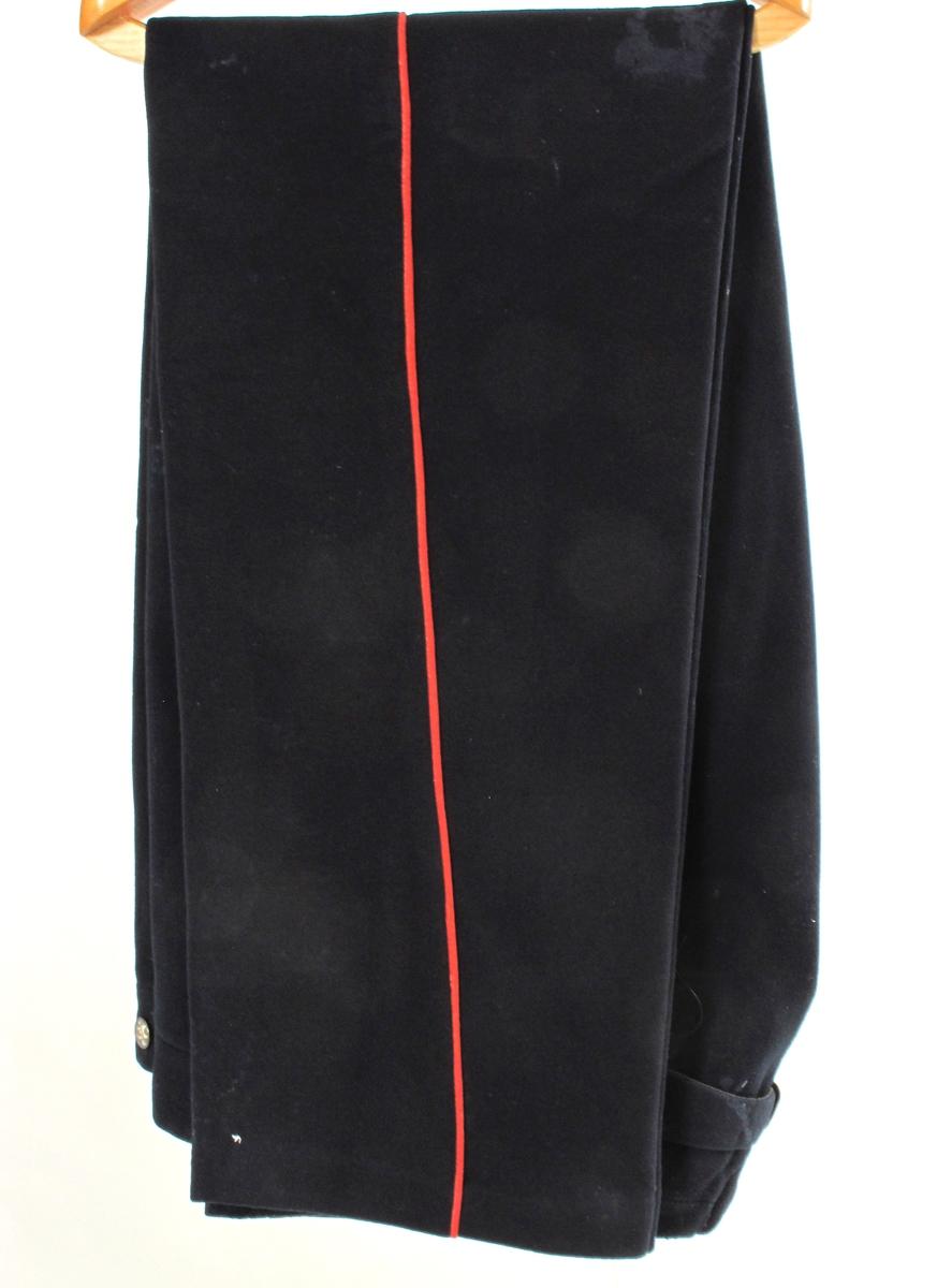 Uniformsbukse, Marineblått klede, røde passepoils i sidene.