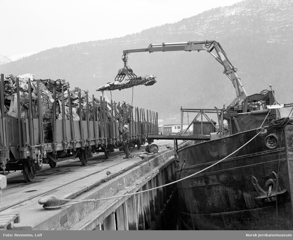 Omlasting av skrapjern fra båt til godsvogn litra Os på Åndalsnes stasjon