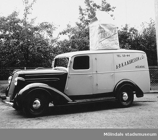 """En Plymouth från slutet av 1930-talet. På taket står en stor """"papperspåse"""" med skorpor. Okänt årtal."""