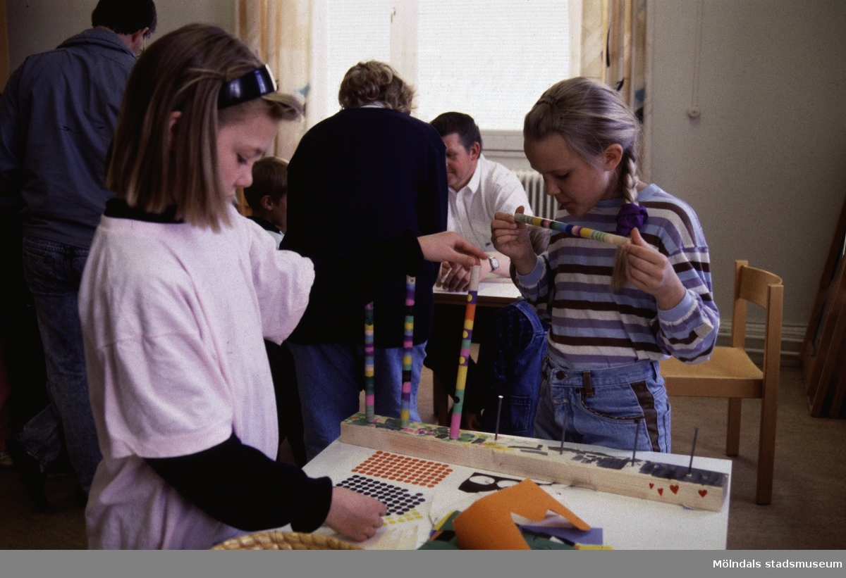 """Barnaktivitet i utställningen """"Från näckens polska till rockens roll"""" på Mölndals museum.  Utställningen """"Från näckens polska till rockens roll"""" på Mölndals Museum, Norra Forsåkersgatan 19, Mölndal, pågick från 1 december 1990 till 31 december 1991. En utställning om folkmusik och folklig musik. Är rockmusik dagens folkmusik och vad har discodansen gemensamt med dansen i vägskälet? Vad har musik och dans för funktion egentligen?"""