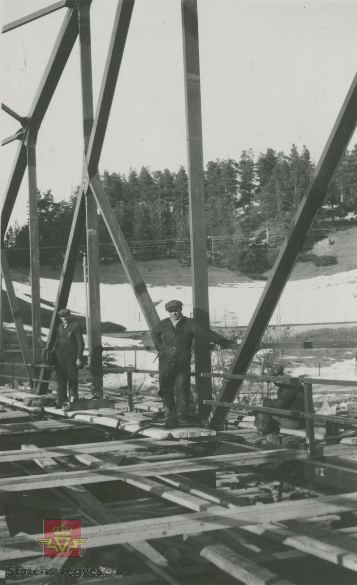 Album fra 1929-1943. Tallerås bru bygget  1931 - 1932. Arbeid på brua.