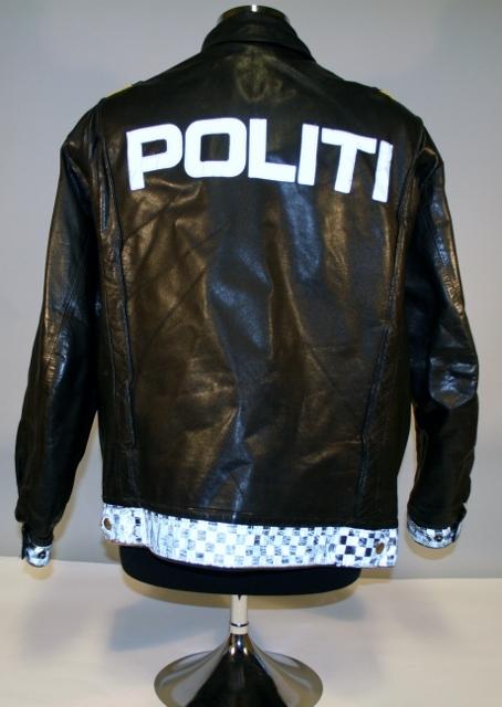 3734b076 Kort, sort skinnjakke med politimerking etter 1997-reglement og  distinksjoner for politiavdelingssjef. Jakken