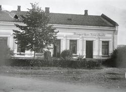 Det første nybygget til Ringerikes Sparebank på S. Torg. Se