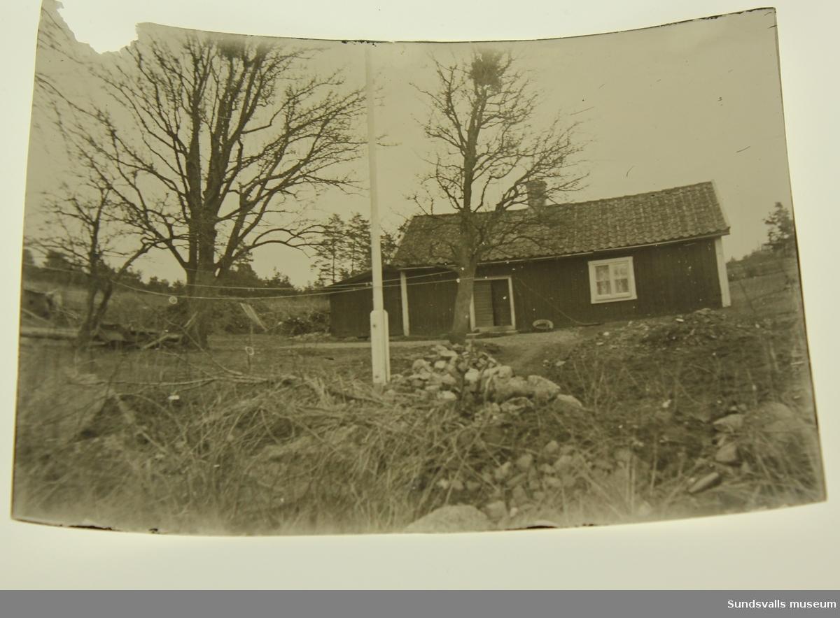 Ett mindre äldre hus med flaggstång framför.