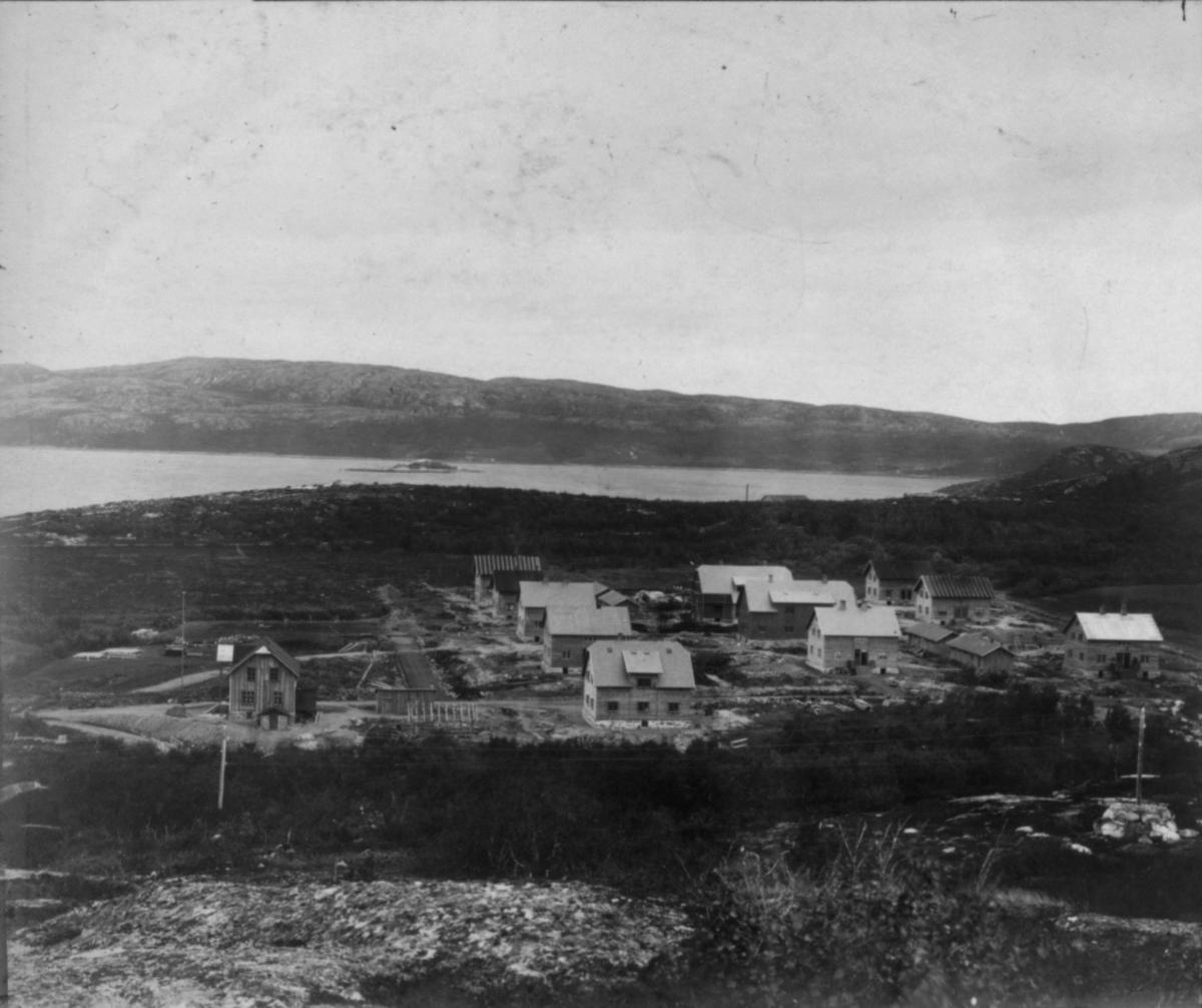 Bilde 2.2. Kirkenes fra Toppen, 24/7 1907. Bildet utgjør et panoramabilde sammen med bilde 2.1.