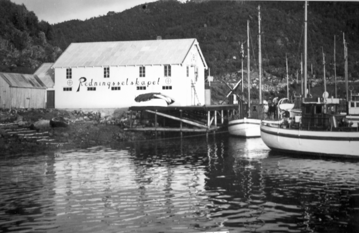 Redningsselskapets stasjon i Blokken.  Redningsselskapets stasjon i blokken vår båtene ble lagt i opplag på sommertiden. Blokken skipsverft hadde mye av treskipsreperasjonene på de gamle redningsskøytene.