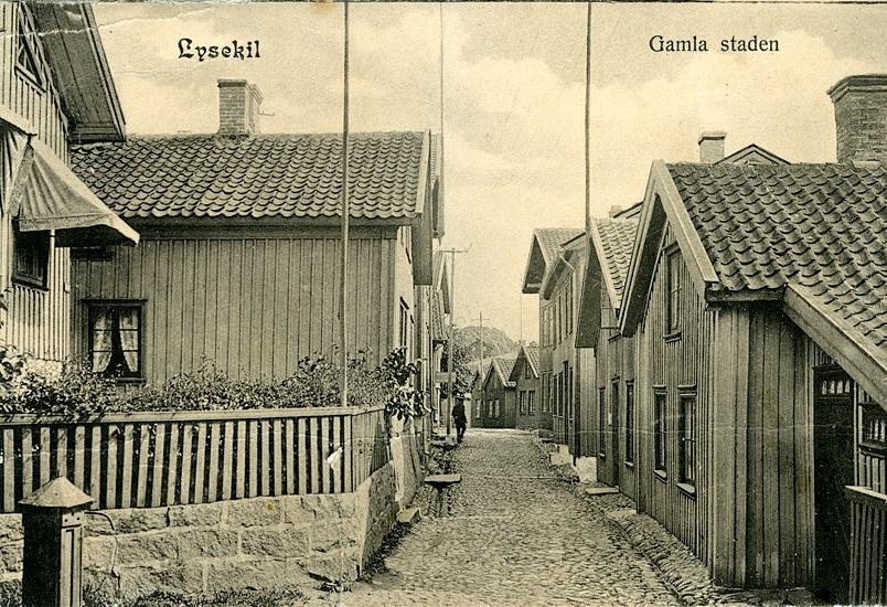 Enligt uppgift på vykortet: Lysekil Gamla staden.